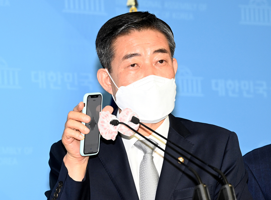 Rep. Shin Won-sik of the United Future Party (UFP), which later changed its name to the People Power Party (PPP), holds a press conference at the National Assembly on Wednesday.  [YONHAP]
