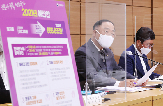 Finance Minister Hong Nam-ki holds a press briefing on the 2021 budget at the government complex in Sejong on Aug. 27. The Ministry of Finance allocated additional funds for the implementation of a mobile ID system in next year's budget finalized Tuesday. [YONHAP]