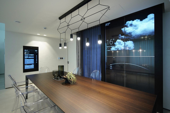 A smart mirror installed at LG Electronics' ThinQ home in Pangyo, Gyeonggi. [LG Electronics]