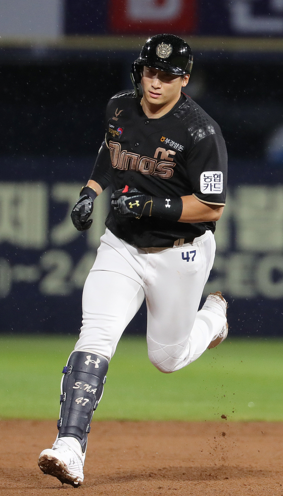 Na Sung-bum of the NC Dinos rounds the bases after hitting a two-run home run during a game against the Hanwha Eagles at Changwon NC Park on Aug. 26. [YONHAP]
