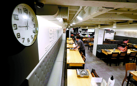 Restaurants in Seoul cannot serve food and drinks inside their establishments after 9 p.m. They can only do delivery and takeouts. [KIM SANG-SEON]