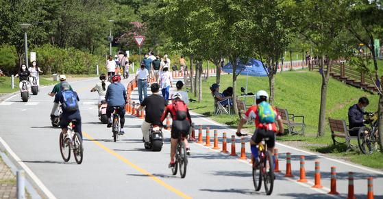 People ride bikes in Dalseong County, Daegu, on July. 26. [YONHAP]