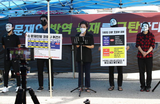 Kang Yeon-jae, center, a lawyer for Rev. Jun Kwang-hoon of the Sarang Jeil Church, reads the pastor's statement on his behalf Thursday in front of the church in Seongbuk District, central Seoul. [YONHAP]