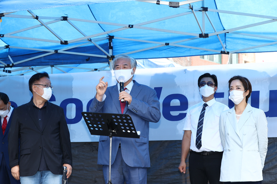Rev. Jun Kwang-hoon, pastor of the Sarang Jeil Church, slams President Moon Jae-in Wednesday morning in front of his church in Seongbuk District, central Seoul, shortly after being discharged from the hospital for coronavirus treatment. [NEWS1]