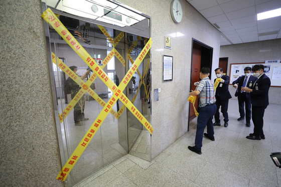 An elevator on the second floor of the National Assembly's main building is closed Thursday after an official from the main opposition People Power Party tested positive for the coronavirus. [NEWS1]