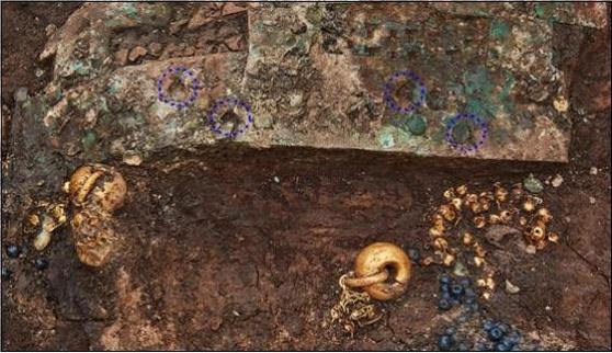 A set of earrings found from Hwangnamdong Tumulus 120-2 in Gyeongju. [YONHAP]