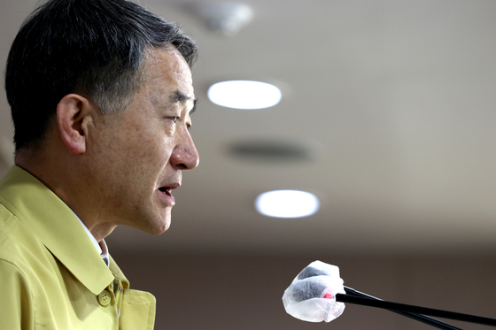 Minister of Health and Welfare Park Neung-hoo announces Friday that the so-called Level 2.5 social distancing measures for Seoul, Incheon and Gyeonggi will be extended for another week. [YONHAP]
