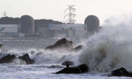 The Kori nuclear power plants in Busan are seen on Wednesday as intense waves brought on by Typhoon Maysak batter nearby shores. Four of the power plants were temporarily shut down due to the storm. [YONHAP]