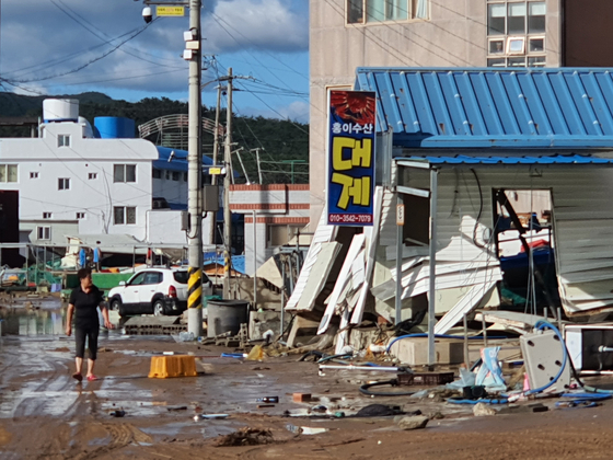 A building stands damaged in Gyeongju, North Gyeongsang, in the aftermath of Typhoon Maysak on Thursday. [YONHAP]
