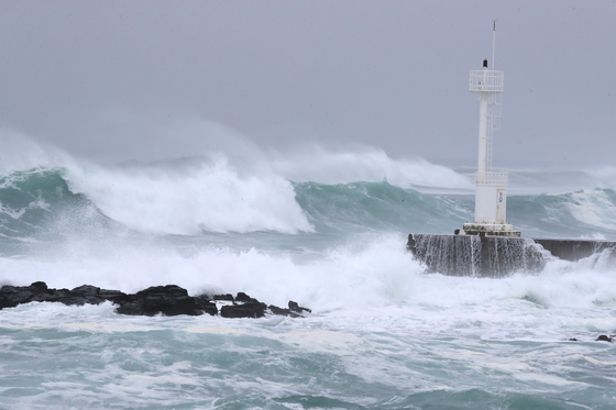 Fierce waves batter the coast of Seogwipo, Jeju, on Sunday as Typhoon Haishen makes its way northwards into the East Sea. [YONHAP]