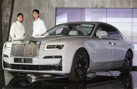 Models show off Rolls-Royce Motor Cars' new Ghost, launched Monday, at its boutique showroom in Gangnam District, southern Seoul. Customers could order the twin-turbo, 6.75-liter, V12 engine car from Monday, with delivery starting from December. [YONHAP]