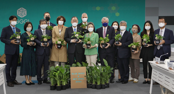 """From fifth from left, the Global Green Growth Institute (GGGI) President and Chair Ban Ki-moon; Yoo Young-sook, chairwoman of the board of directors at the Climate Change Center; and British Ambassador to Korea Simon Smith join representatives of other members of the """"Blue Skies and Net Zero 2050 Campaign"""" at GGGI's conference on the campaign on Monday at the institute in central Seoul. [PARK SANG-MOON]"""