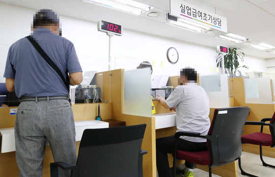 People apply for unemployment benefits at the Labor Ministry's branch office in Seoul on Sept. 1. [YONHAP]
