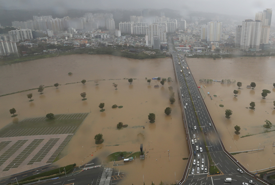Flooding along the banks of the Taehwa River in Ulsan, due to rains brought by Typhoon Haishen on Monday. [YONHAP]