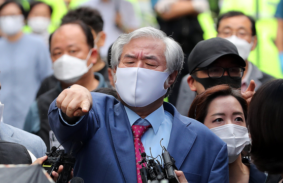 Rev. Jun Kwang-hoon speaks to reporters Monday afternoon outside his home in Seongbuk District, central Seoul, shortly before taking a police vehicle to the Seoul Detention Center. [NEWS1]