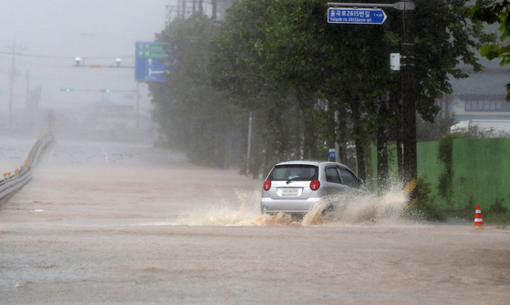 A car swerves on the road in Gangneung, Gangwon, on Monday. The area was hit by intense rains measuring up to 400 millimeters (15.7 inches) due to Typhoon Haishen. [YONHAP]