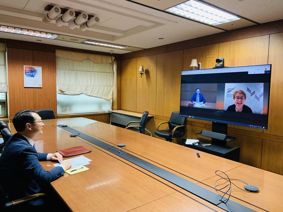 Kim Gunn, the Korean deputy foreign minister for foreign affairs, holds a videoconference with Alison Mann, director-general of the Asia Pacific Regional Integration Division of New Zealand's Foreign Ministry in charge of Asean-related meetings, in Seoul Monday, ahead of the Asean Regional Forum (ARF). [FOREIGN MINISTRY]