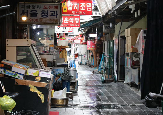 Amid concerns over the spread of the coronavirus, Namdaemun Market in Jung District, central Seoul, is unusually quiet and empty during lunch hour on Monday. [YONHAP]
