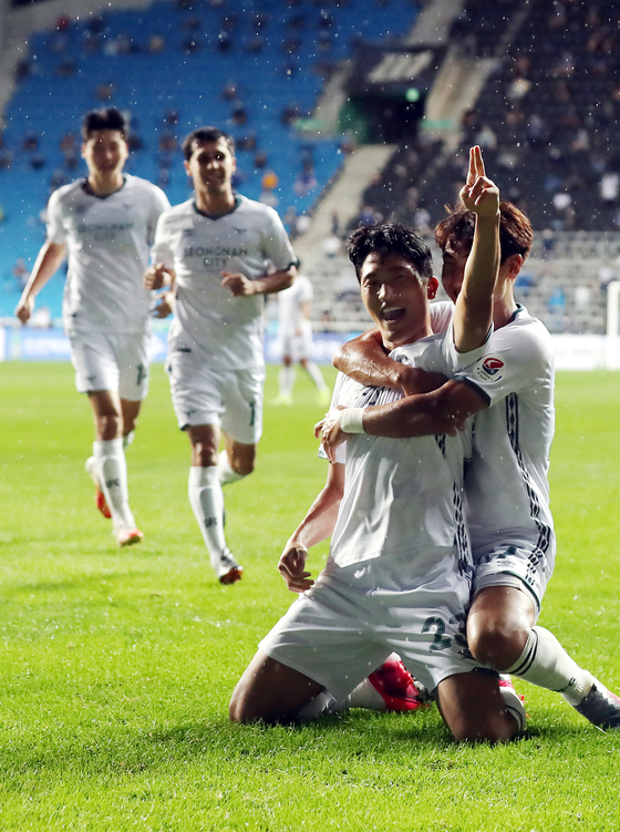 Seongnam FC forward Na Sang-ho, front, celebrates after scoring his second goal during a match against Incheon United at Incheon Football Stadium on August 9. [YONHAP]