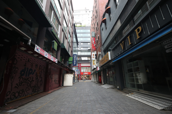 Shops' shutters are closed in the once-popular tourist destination in Myeong-dong, central Seoul, on Aug. 31 as many of the small businesses are struggling to make ends meet amid the resurgence of the coronavirus. [YONHAP]