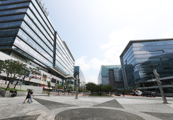 U-Space square of Pangyo Techno Valley, Gyeonggi, is unusually quiet after workers were ordered to work at home amid concerns over the spread of Covid-19. [YONHAP]