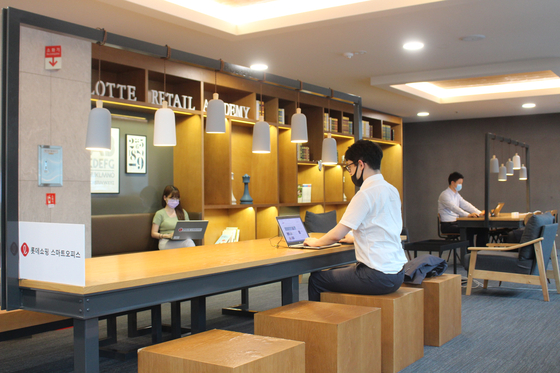 "Lotte Shopping's ""base office"" installed in Lotte Department Store's Yeongdeungpo branch in western Seoul. Staffers can choose among five locations in Seoul and Gyeonggi to work that day. [LOTTE SHOPPING]"