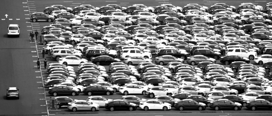 A view of the storage lot at the Hyundai Motor's Ulsan plant. The automotive industry suffered a 36.5 percent on-year drop in overseas sales in the second quarter. [NEWS 1]