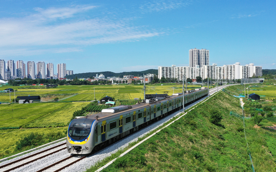 A subway train runs between Suwon Station and Ansan Station, both in Gyeonggi, on Tuesday. The 19.94-kilometer (12.4-mile) stretch of the Suin Line has not been used since the line was closed in 1995. A section between Songdo, Incheon and Oido Island in Siheung was partially opened in June 2012, while a 7.6-kilometer section between Incheon and Songdo reopened in February 2016. [YONHAP]