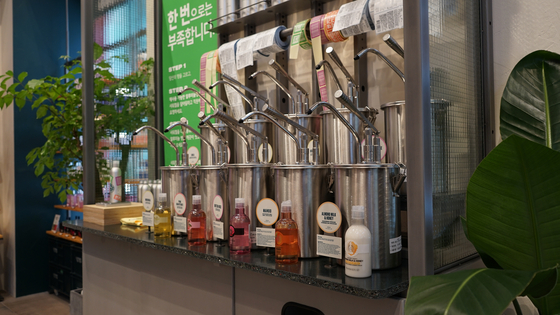 A refill bar where customers can purchase refillable shower gels at a discounted price is available at the Gangnam-daero branch of The Body Shop, southern Seoul. [THE BODY SHOP]