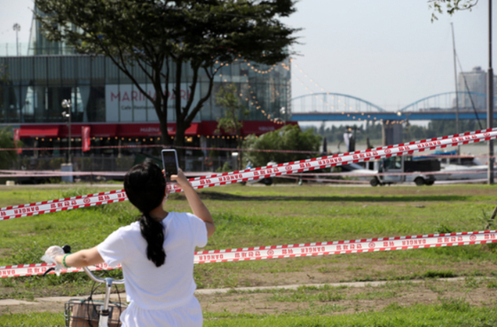 The Banpo Han River Park's picnic area in southern Seoul is sealed off Tuesday afternoon as part of social distancing measures. The Seoul city government announced earlier in the day that heavily-visited areas of the Han River Park will be closed to the public starting 2 p.m., and that riverside convenience stores and cafes will reduce their hours. [NEWS1]