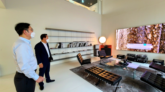 Samsung Electronics Vice Chairman Lee Jae-yong, left, checks home appliances on Wednesday afternoon during a visit to Samsung Digital Plaza in Gangnam District, southern Seoul. [YONHAP]
