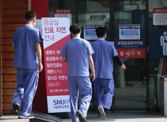 Trainee doctors assigned to emergency response at the Seoul National University Hospital in central Seoul head back to work, ending their 19-day strike Tuesday. [KIM SANG-SEON]