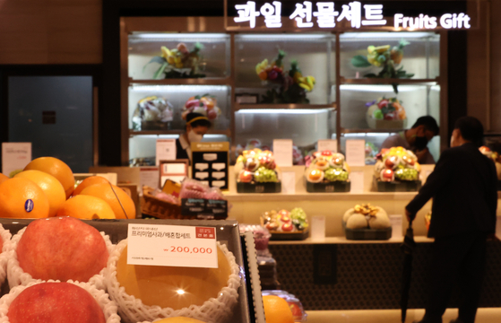 A visitor to Lotte Department Store in Jung District, central Seoul, looks at gift sets available on Wednesday afternoon. During this year's Chuseok holidays, the Anti-Corruption and Civil Rights Commission has temporarily allowed public officials to send 200,000 won ($168) worth of agricultural and livestock products as gifts, normally capped at 100,000 won. The relaxed rules are aimed at helping the agricultural and livestock industries suffering from the pandemic. [YONHAP]