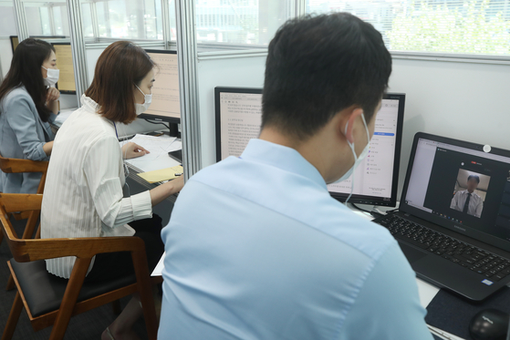 Job applicants do interviews online at IBK Finance Tower in central Seoul on Aug. 26 during a financial industry job fair. [YONHAP]