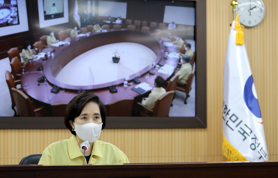 Education Minister Yoo Eun-hae holds a videoconference from the government complex in Sejong on Wednesday. [NEWS1]