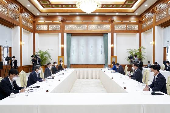 President Moon Jae-in, third from left, and Democratic Party leader Lee Nak-yon, seond from right, hold a meeting at the Blue House on Wednesday. [YONHAP]