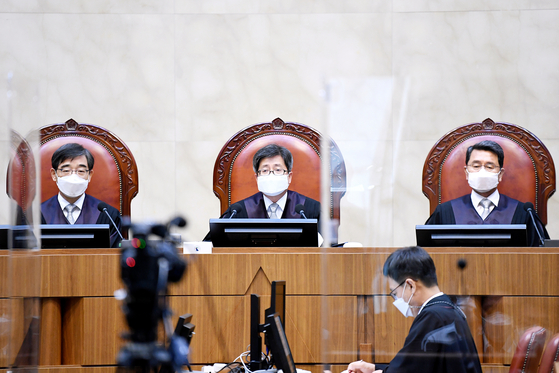 In a Sept. 3 ruling, the Supreme Court led by Chief Justice Kim Myeong-su restored the legitimacy of the Korean Teachers and Education Workers' Union (Ktewu). [SUPREME COURT]