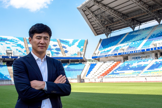 Suwon Samsung Bluewings' new head coach Park Kun-ha poses for a photo at Suwon World Cup Stadium in Suwon on Sept. 8. [YONHAP]