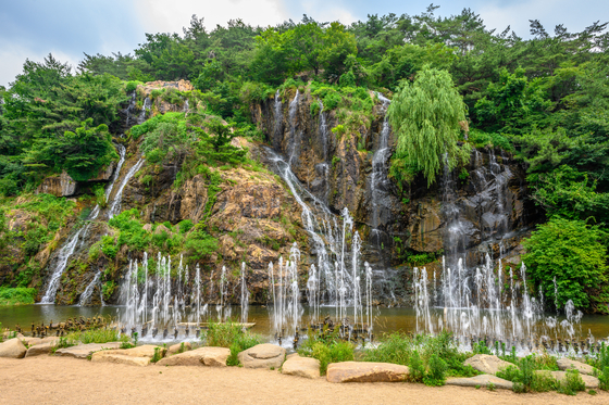 Man-made waterfalls by Hongje Stream, Seodaemun District in western Seoul. [SEOUL TOURISM ORGANIZATION]