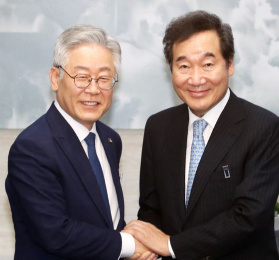 Gyeonggi Gov. Lee Jae-myung on the left and ruling party leader Lee Nak-yon. The two politicians disagreed over the distribution of the second round of emergency relief grants. [YONHAP]