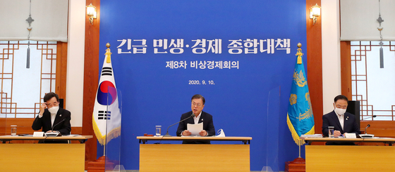 From left, Democratic Party leader Lee Nak-yon, President Moon Jae-in and Finance Minister Hong Nam-ki attend a government emergency economic meeting at the Blue House on Thursday. The government has decided on a 7.8-trillion-won ($6.6-billion) fourth supplementary budget. [YONHAP]