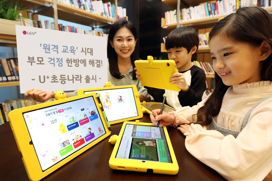 Models demonstrate the Galaxy Tab S6 Lite designed for LG U+'s new e-learning service. [LG U+]