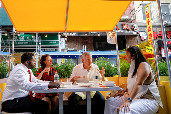 New York City Mayor Bill de Blasio eats lunch with staff members outside the Wo Hop restaurant in the Chinatown area of New York City, U.S., on Aug.11, 2020. [REUTERS/YONHAP]