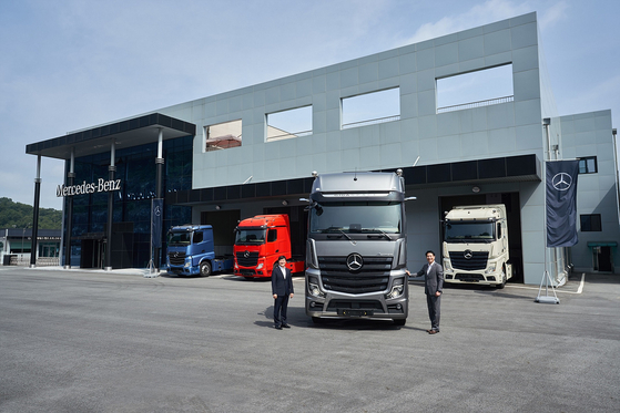 Daimler Trucks Korea CEO Cho Kyu-sang, right, and Lee Won-jang, head of the marketing division, pose beside Mercedes-Benz Truck's New Actros 2653LS 6x2 Gigaspace on Thursday. Mercedes-Benz Truck introduced seven new vehicles under the New Actros brand in an online press event. [DAIMLER TRUCKS KOREA]