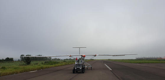 The unmanned air vehicle EAV-3 powered by LG Chem's lithium-sulfur battery prepares to take off on a test flight in Goheung County, South Jeolla, on Aug. 30. [LG CHEM]
