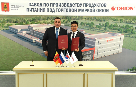 Park Jong-ryul, general director at the Russian subsidiary of Orion, right, and Tver Region Gov. Igor Rudenya during an event to celebrate Orion's plan to establish a new factory in Tver by 2022. [ORION]