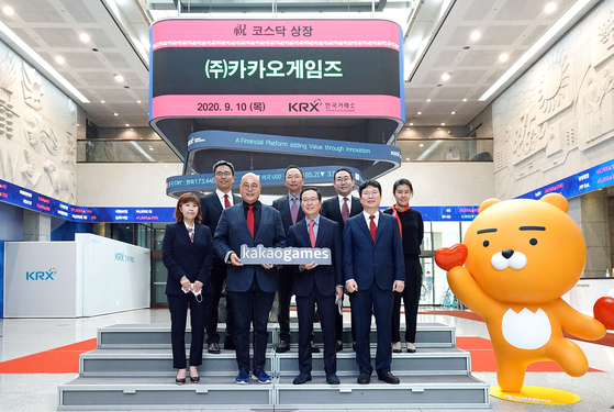 Kakao Games officials celebrate the company's public listing on Sept. 10 at the exchange's headquarters in Yeouido, western Seoul. [KAKAO GAMES]