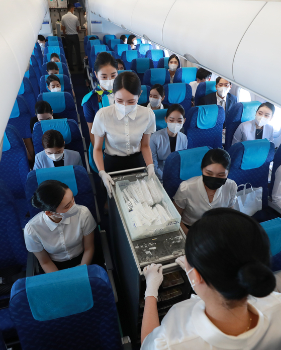 Students of Uiduk University's department of airlines and tourism are in a training session on Air Busan's BX8910, which took off from Busan, Thursday. Air Busan is the first airline in the nation to fly a plane domestically that returned to the departure point instead of another destination. [YONHAP]