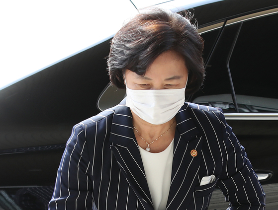 Justice Minister Choo Mi-ae enters the ministry building in Gwacheon, Gyeonggi, on Friday.  [YONHAP]
