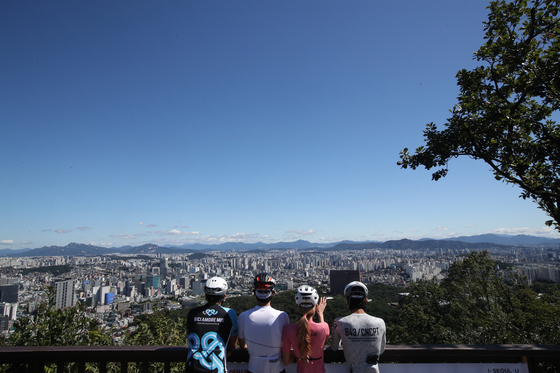 People appreciate the clear weather on Mount Namsan in Seoul on Sunday.  [WOO SANG-JO]